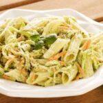 Salada de penne com pesto de rúcula