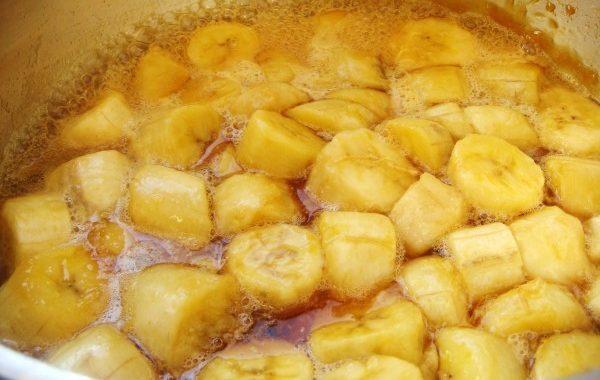 Abacaxi com banana em calda: receita prática e muito saborosa