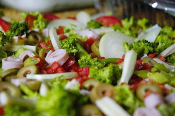 Prepare uma salada tropical para a sua família. (Foto: Divulgação)