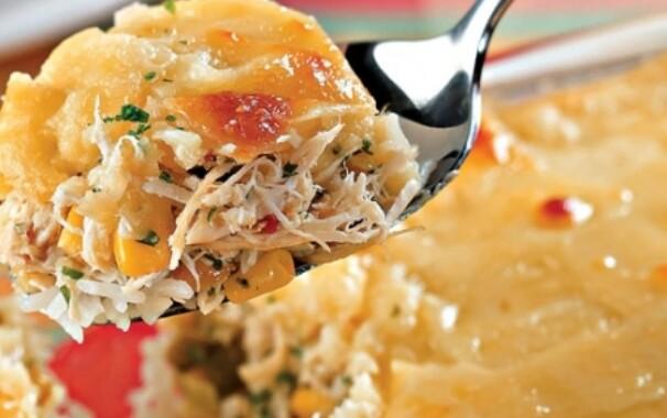 Acrescente frango desfiado à receita. (Foto: Divulgação)