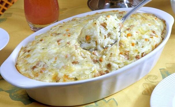 O arroz fica cremoso, por causa do requeijão e do queijo. (Foto: Divulgação)