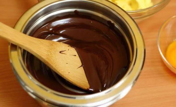 Derreta o chocolate em banho-maria. (Foto: Divulgação)