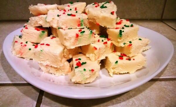 Você pode decorar em cima do doce de leite macio com confeiteiro granulado.