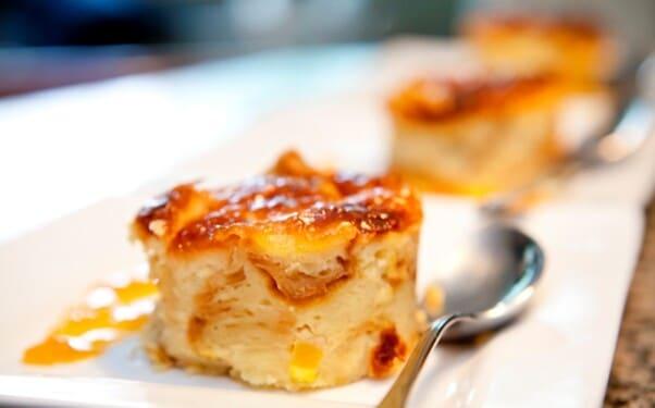 Esse pudim leva croissants na massa. (Foto: Divulgação)