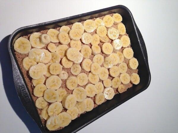 Coloque as rodelas de banana sobre a farofa. (Foto: Divulgação)