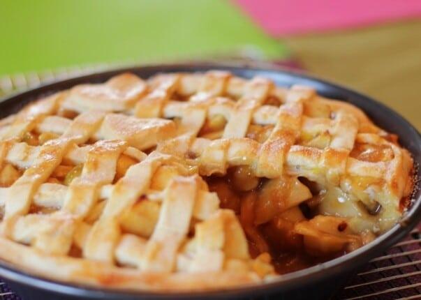 A torta é recheada com maçã, açúcar e canela. (Foto: Divulgação)