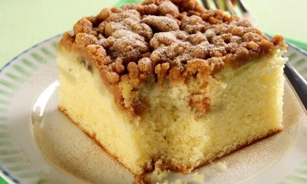 É um bolo com cobertura de farofa crocante. (Foto: Divulgação)