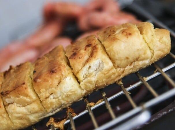 Prepare os pães na churrasqueira. (Foto: Divulgação)