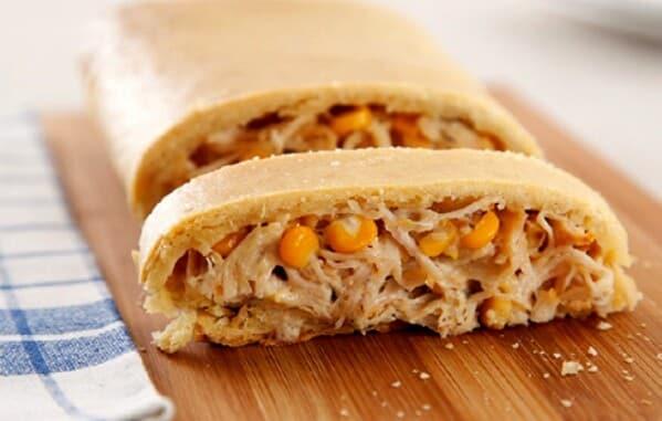 Pão de milho recheado com frango e catupiry. (Foto: Divulgação)