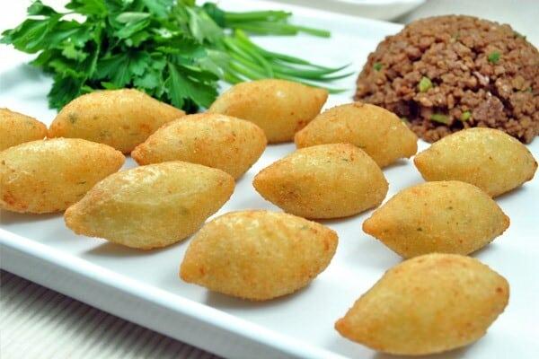 Prepare em casa deliciosos bolinhos de aipim. (Foto: Divulgação)