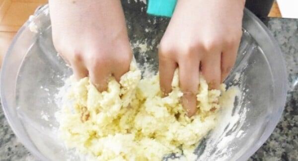 Use açúcar de confeiteiro na massa.