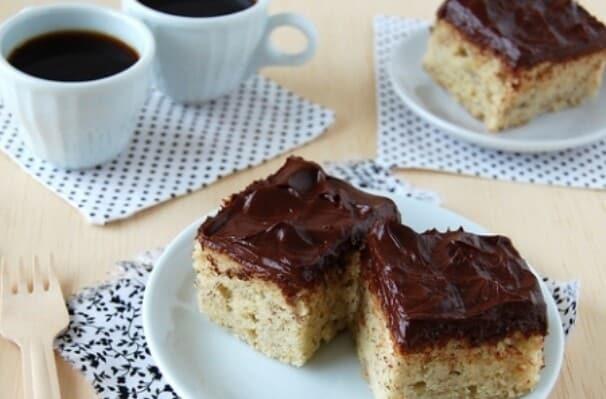 Prepare um delicioso bolo de banana com cobertura de chocolate. (Foto: Divulgação)