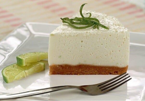 O cheesecake de limão é uma ótima opção de sobremesa para fazer em casa.