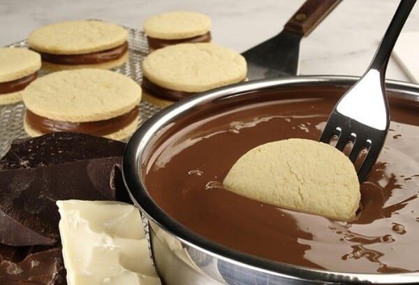 Banhe os doces na cobertura de chocolate. (Foto: Divulgação)