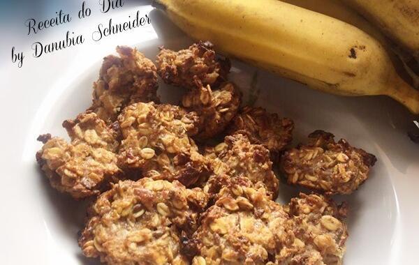 Biscoito de banana com granola