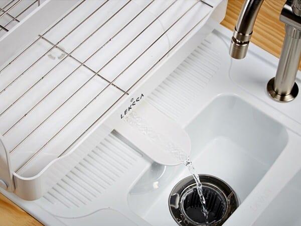Permite direcionar a queda da água da louça diretamente dentro da pia.