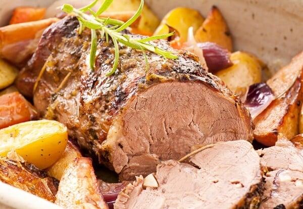 Batatas coradas, cozidas, fritas, assadas ou na forma de purê, aipim frito ou cozido e farofa são sempre boas opções nas misturas.