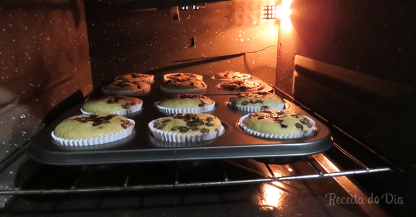 Muffin de banana com gotas de chocolate