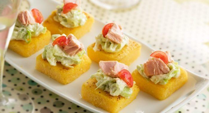 Canapé de polenta com atum