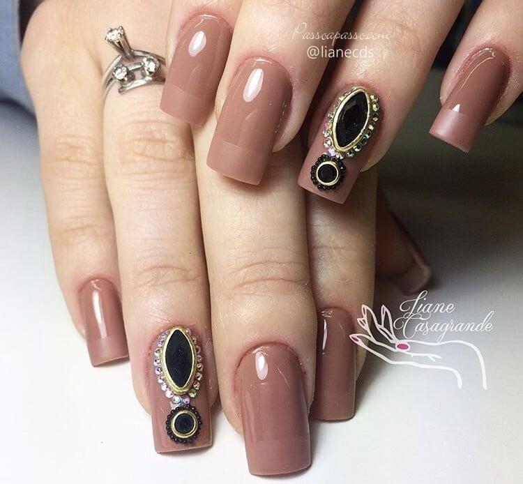 Unhas nude com joias