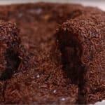 Bolo Vulcão de chocolate: explosão de lava de brigadeiro