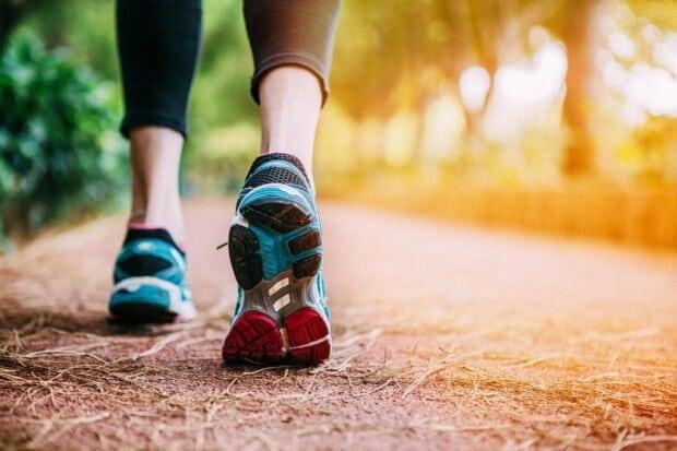 Fazer caminhada emagrece? Também ajuda perder a barriga?